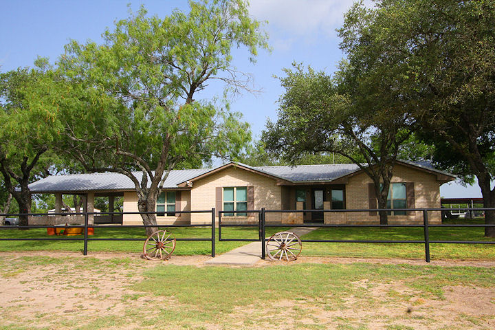 745 FM 889, George West, Texas 78022